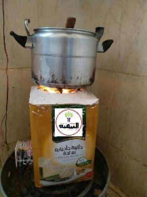 من صنعاء : على خلفية انعدام الغاز المنزلي…شاهد صورة معاق يبتكر طريقة جديدة للطباخة تنال انتشار واسع