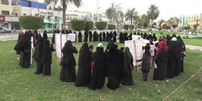 شاهد بالصورة.. مليشيات الحوثي الانقلابية تنفذ دورات طائفية للنساء في الحديدة