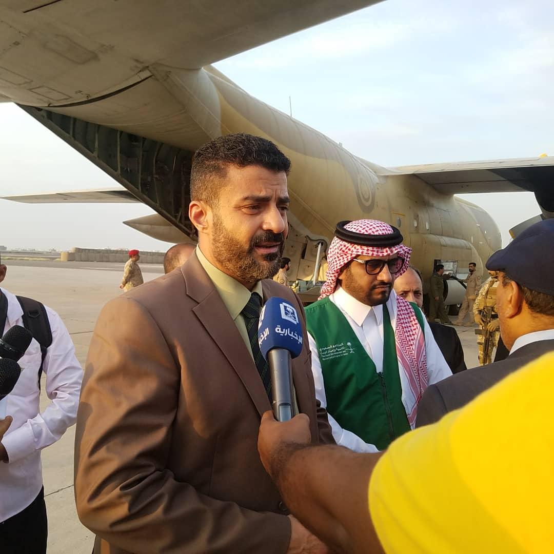 محافظ عدن أحمد سالمين يستقبل أول طائرة سعودية لإغاثة المتضررين من سيول الأمطار