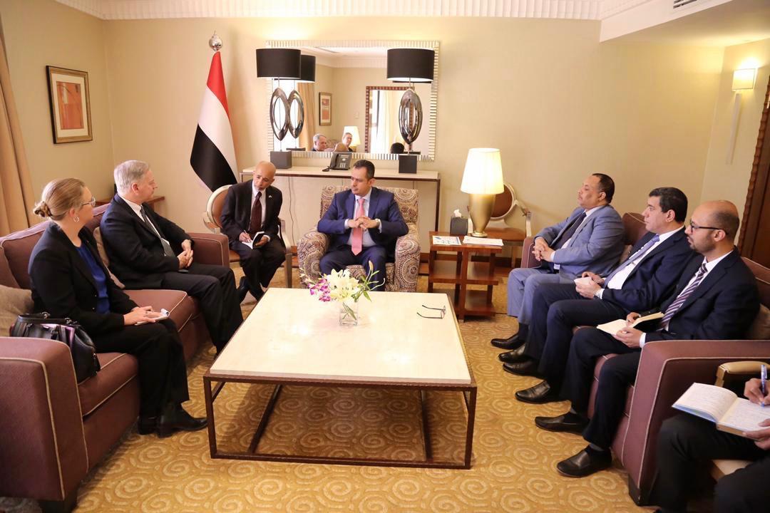 رئيس الوزراء: الحوثيون يدفعون الاقتصاد نحو الانهيار وحربنا مستمرة لتجفيف منابع تمويلهم